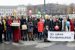 Am 20. November 2019 fand anlässlich des heutigen Internationalen Tages der Kinderrechte eine symbolische Torte übergäbe mit Forderungen zum 30-jährigen-Jubiläum der UNO-Kinderrechte-Konvention an die Bundeskanzlerin und den Mitgliedern der Bundesregierung durch die Bundesjugendvertretung und das Netzwerk Kinderrechte Österreich statt.