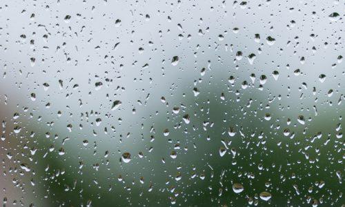 Regentropfen auf der Fensterscheibe